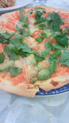 トマトとアボカドのピッツァ.jpg